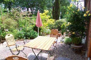 sitzplatz terrasse mit blick auf den garten. Black Bedroom Furniture Sets. Home Design Ideas
